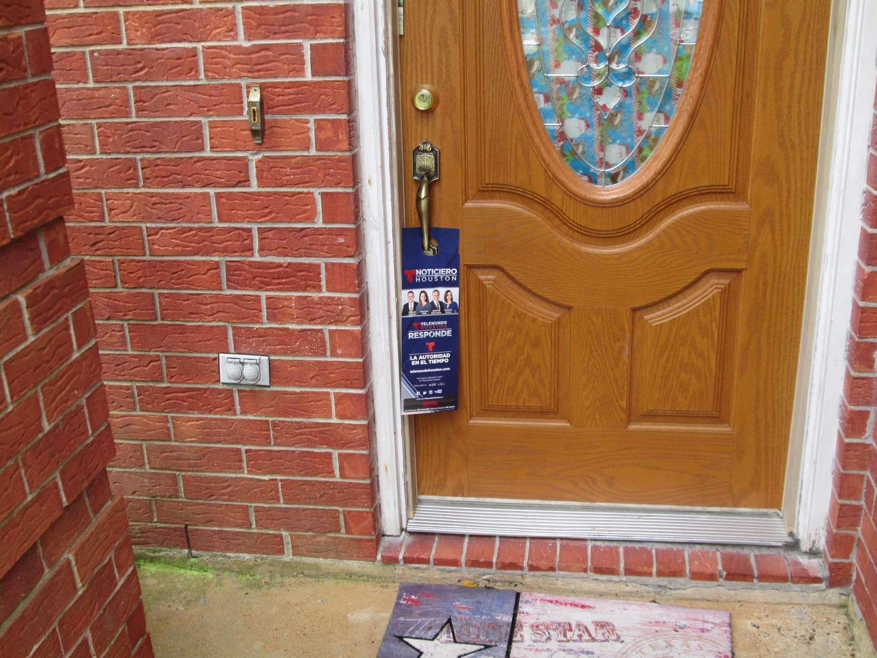 door hanger written in Spanish